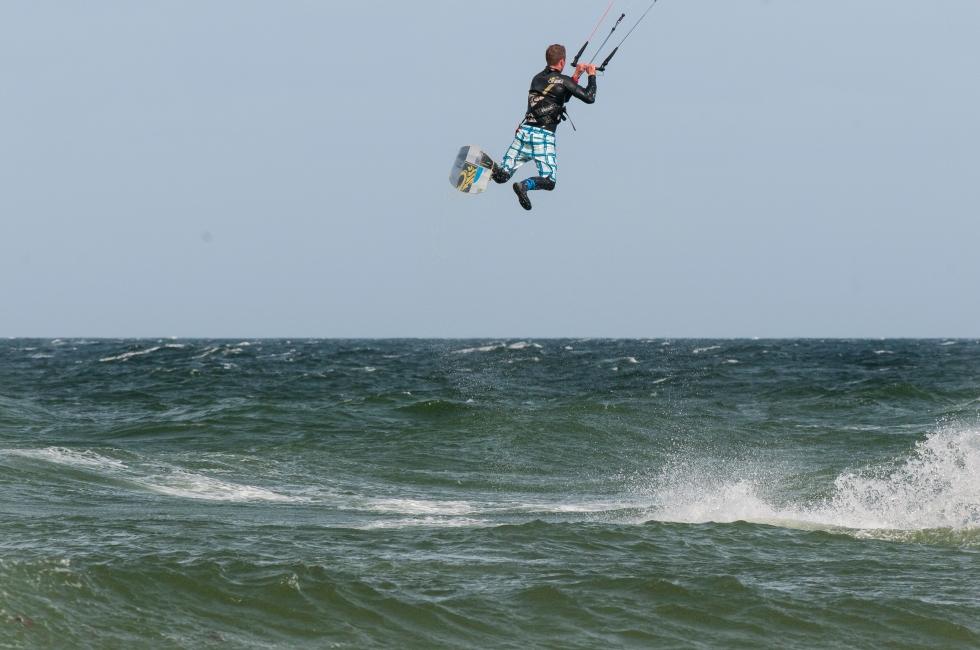 Kitesurfer jump 2