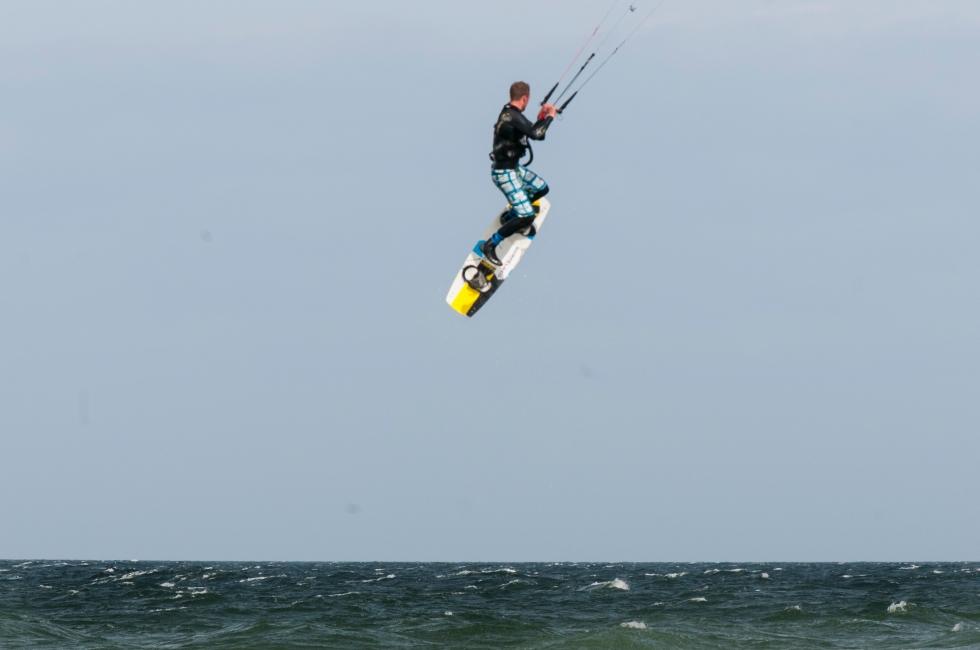 Kitesurfer jump 3