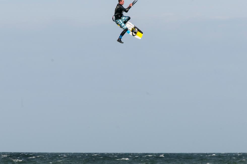 Kitesurfer jump 4